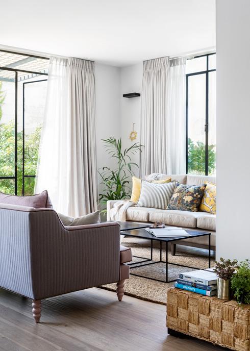 בסלון ספה שהובאה מלונדון מול ספה שעיצבה בעלת הבית (צילום: איתי בנית)