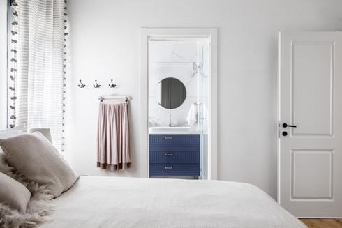 חדר הרחצה של ההורים צמוד לחדר השינה  (צילום: איתי בנית)