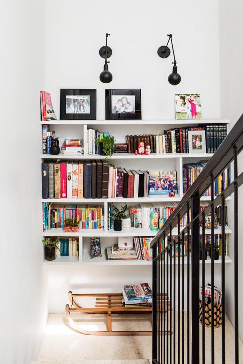 במישור המדרגות הותקנו מדפי ספרים (צילום: איתי בנית)