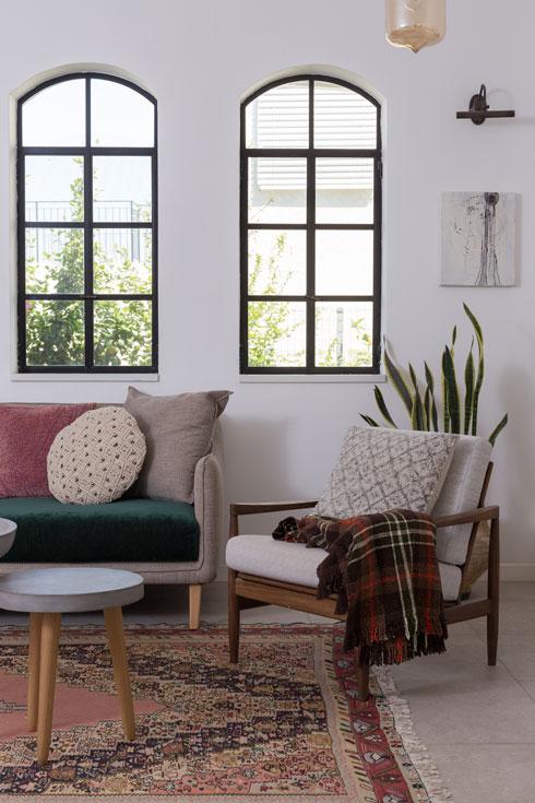 חלונות מקושתים מעל ספת הסלון. הכורסה מבית סבתא   (צילום: לימור הרצוג אהרוני)
