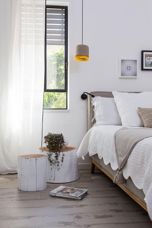 בחדר השינה של ההורים. המיטה בין שני חלונות  (צילום: לימור הרצוג אהרוני)
