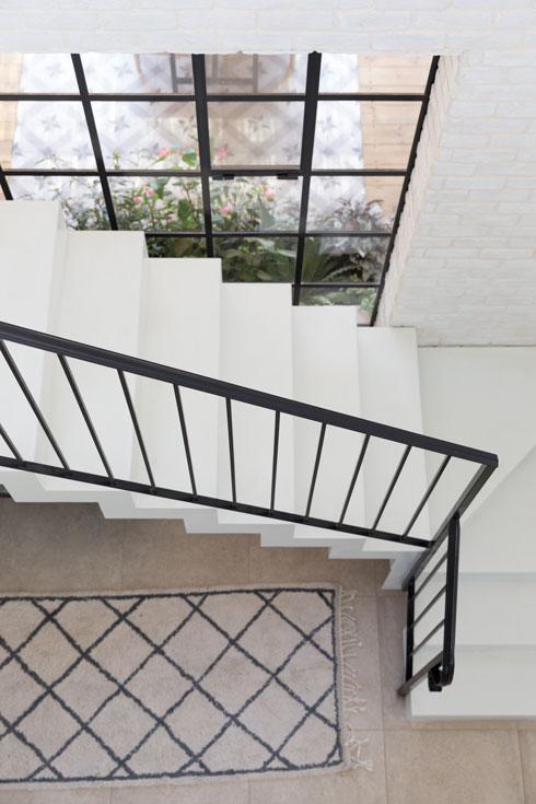 גרם המדרגות. שחור-לבן (צילום: לימור הרצוג אהרוני)