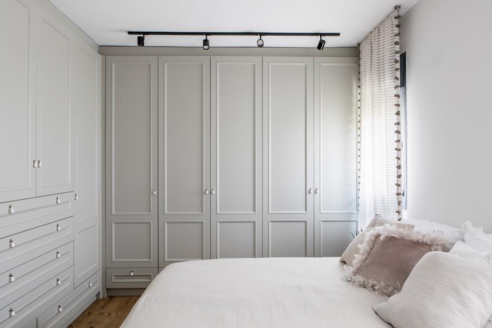 חדר ההורים. ''היו מקומות שבהם הסגנון העשיר הוביל, כמו במטבח'', אומרת מעצבת הפנים רוני ברטל, ''והיו מקומות שבהם הקו המינימליסטי הוביל'' (צילום: איתי בנית)