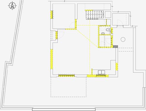 תוכנית קומת הכניסה לפני השיפוץ. הקירות שנהרסו מסומנים בצהוב (תכנית: רוני ברטל שלם)