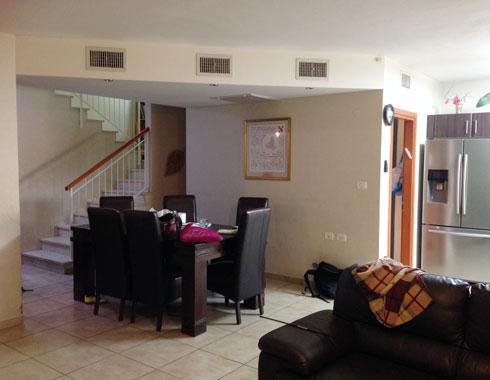 עם תקרה מונמכת וחדר שירות במרכז (צילום: קרן גרוס ורוני ברטל שלם)
