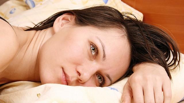 השעות הארוכות במיטה עלולות להביא לתחושת ניתוק ודיכאון (צילום: shutterstock) (צילום: shutterstock)