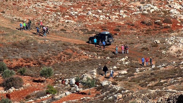 Settlers and Palestinians clash (Photo: EPA)