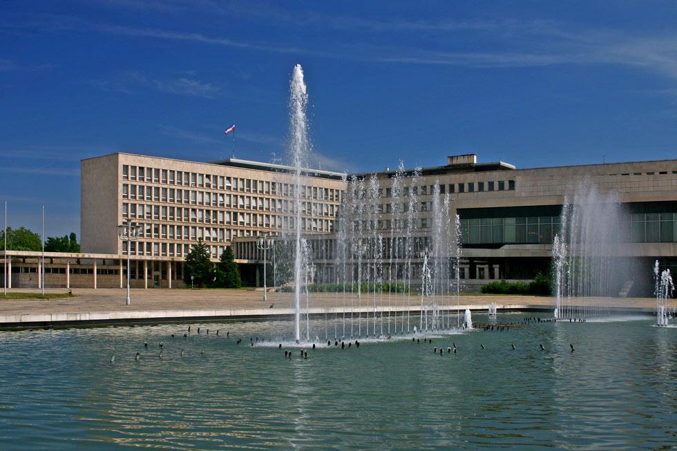 היכל הראווה של יוגוסלביה בימי הזוהר שלה, לפני ההתפרקות האלימה: SIV Palace הוא מבנה עצום בגודלו (וסגור לקהל), שאליו נקראו טובי המעצבים כדי לייחד כל אחת משש הרפובליקות בסגנון משלה, הן בעיצוב והן בפריטי האמנות (צילום: TOB)