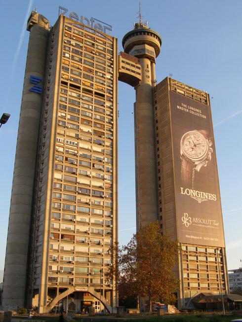מגדל Genex. המסעדה המסתובבת בראשו לא פעלה מעולם, מגדל העסקים (מימין) מקרטע, אך הדירות (משמאל) נשארו מבוקשות (צילום: Dragan Strunjas)