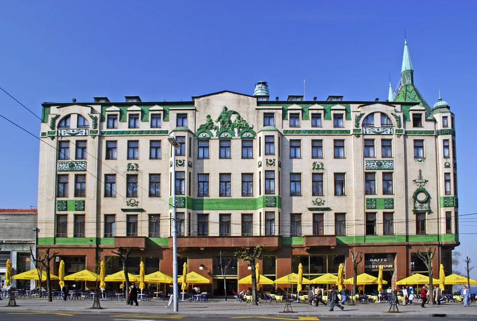 מלון מוסקבה (1908) עשיר בעיטורים המאפיינים את תנועת הזצסיון, עם אריחים צהובים וירוקים שמתבלטים למרחוק (צילום: TOB)