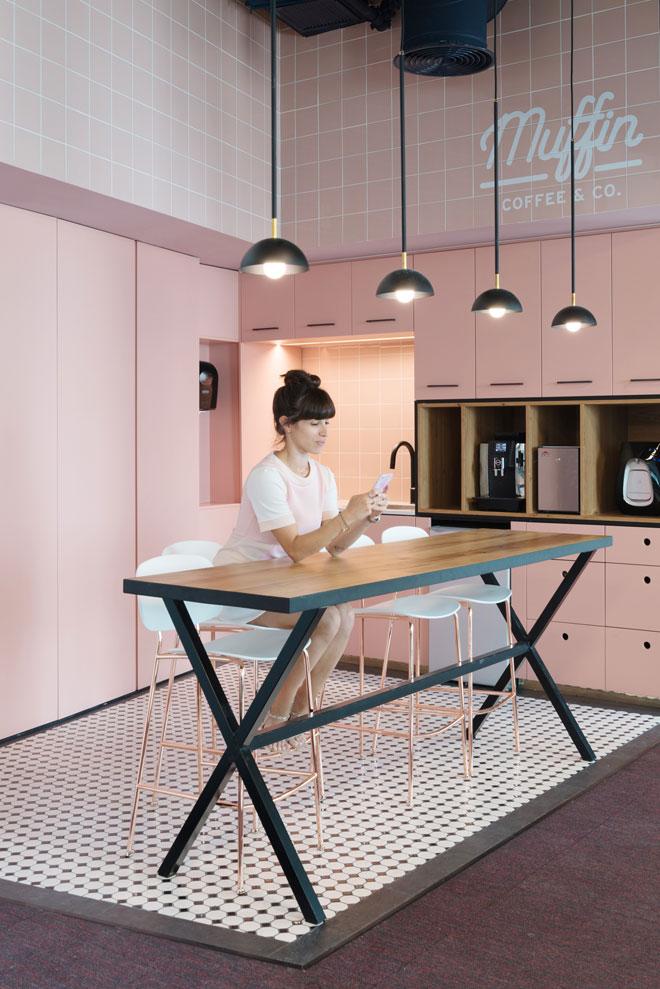 אריחים ורודים עד התקרה במשרדי ''איירון סורס'', בעיצוב RUST אדריכלים (צילום: גדעון לוין)