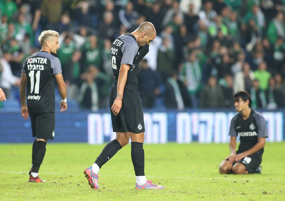 שחקני מכבי חיפה מתוסכלים (צילום: עוז מועלם)