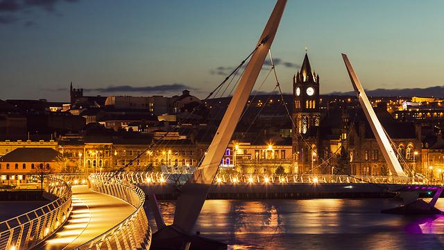 תנועת אנשים וסחורות לאירלנד תהיה חופשית גם אחרי הברקזיט? גשר השלום בעיר דרי בצפון אירלנד (צילום: shutterstock) (צילום: shutterstock)