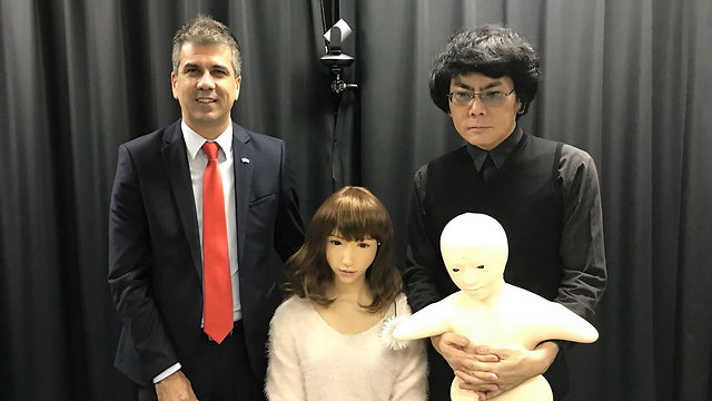 Minister of the Economy Cohen (L) and Japanese Professor Ishiguro (R) with his android Erica (C) (Photo: Ministry of Economy)