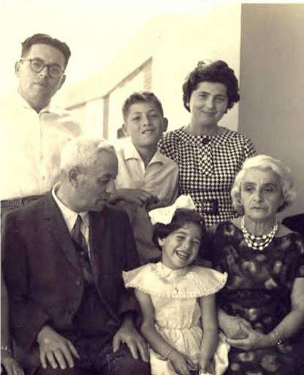 """""""גם בישראל לא היו מדרכות מזהב"""". במרכז התמונה: נאוה סמל ושלמה ארצי (צילום: הארכיון המשפחתי)"""
