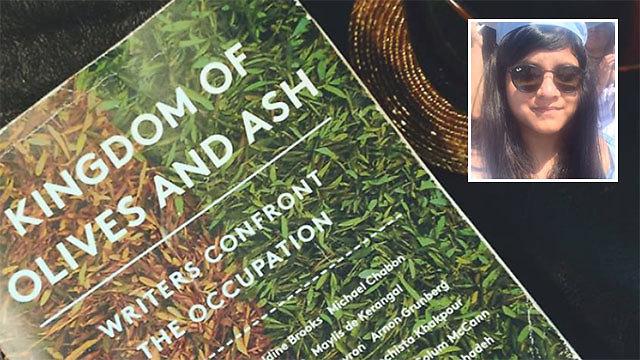 סודאמיני ג'יין והספר שעורר את חשד המאבטחים (צילום: מתוך עמוד הפייסבוק של סודאמיני ג'יין )
