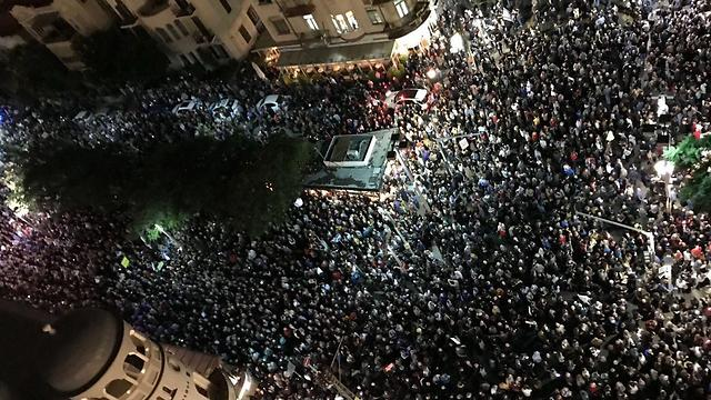 מבט מלמעלה על המחאה ההמונית ()