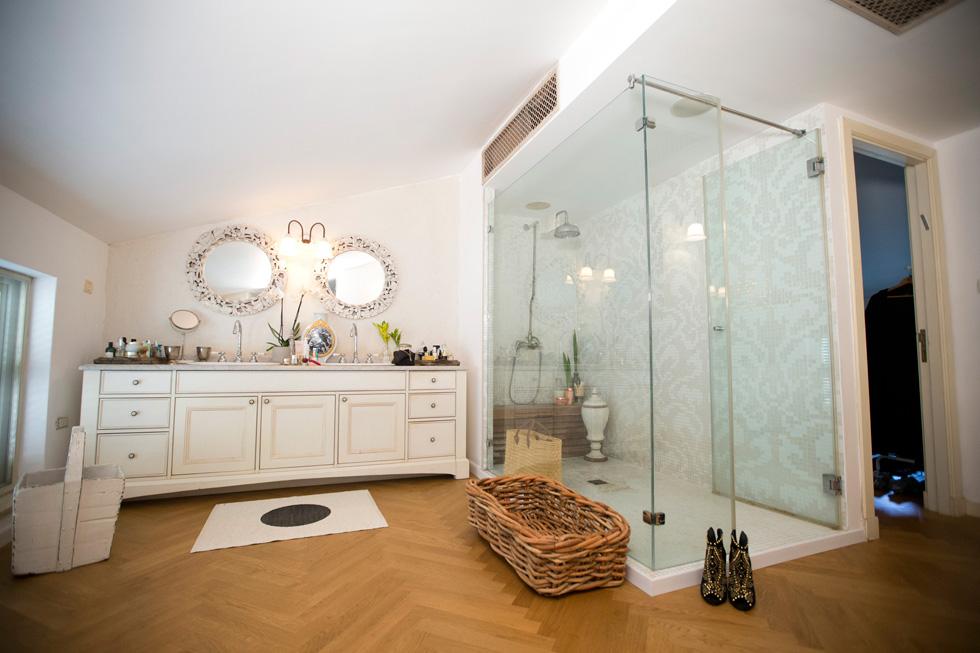 המקום הכי אינטימי בבית: חדר האמבטיה של יודקביץ' (צילום: תומריקו)