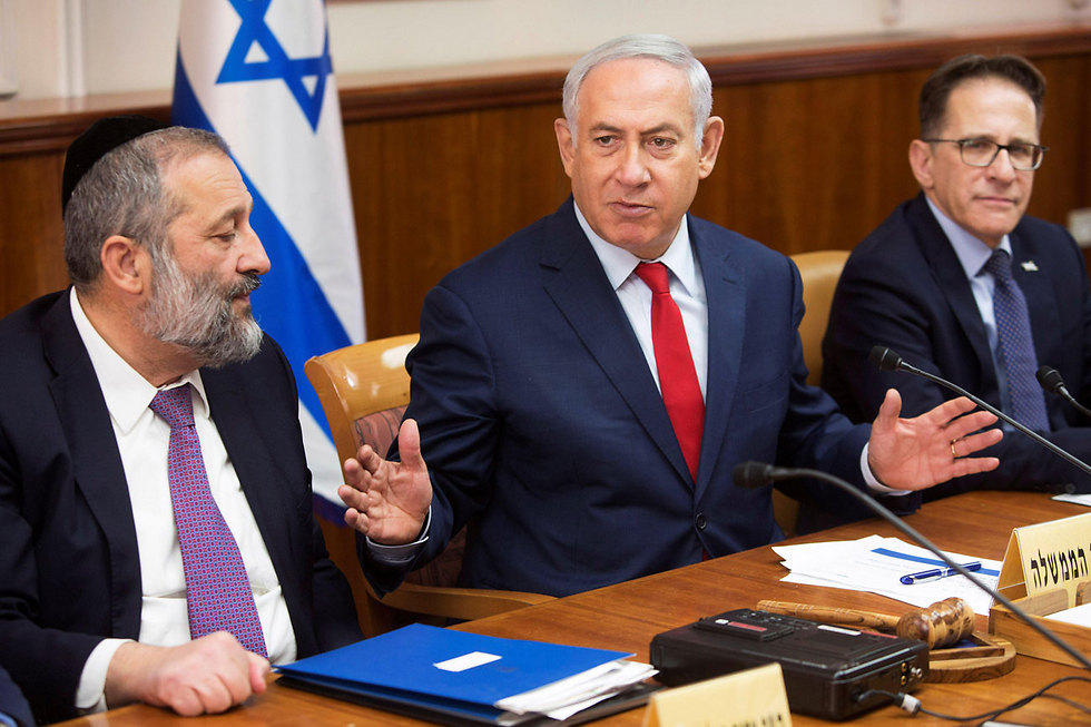 Deri and Netanyahu during the government meeting (Photo: Reuters)