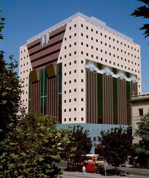 בית הממשל בפורטלנד, אורגון, בתכנונו של מייקל גרייבס. קריאות חוזרות ונשנות לסלק אותו (צילום: Steve Morgan, cc)