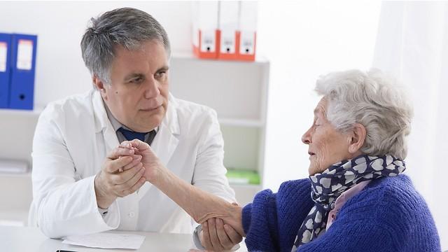 הרופא הלום העייפות התעקש שמדובר בקשישה מבולבלת. לבסוף שניהם התעשתו (צילום: shutterstock) (צילום: shutterstock)