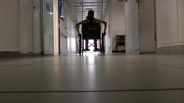 """""""הרגשתי ששורפים ודוקרים לי את הרגל"""", רוני בבית החולים איכילוב (צילום: רועי כץ) (צילום: רועי כץ)"""