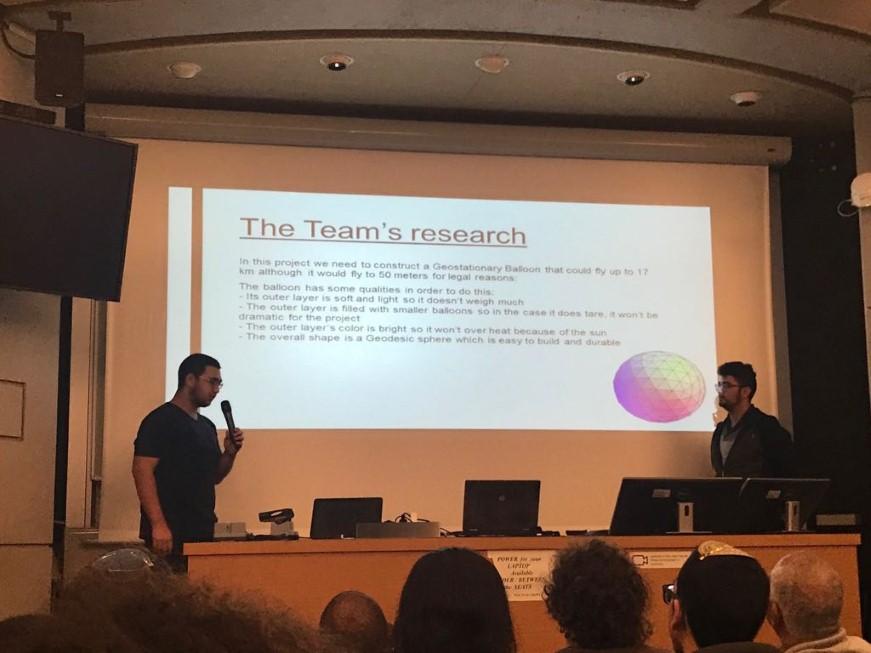 דוד שמאילוב (מימין) ורן סוויסה מציגים את הפרויקט שלהם במאיץ החלקיקים בשוויץ (באדיבות עמל)