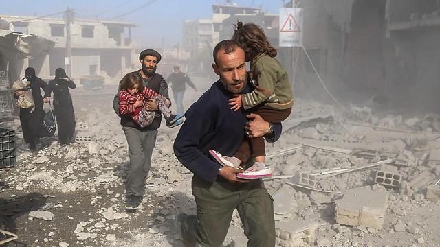פינוי ילדים מאזור של המורדים שהופצץ מהאוויר ברוטה, פאתי דמשק (צילום: AFP) (צילום: AFP)