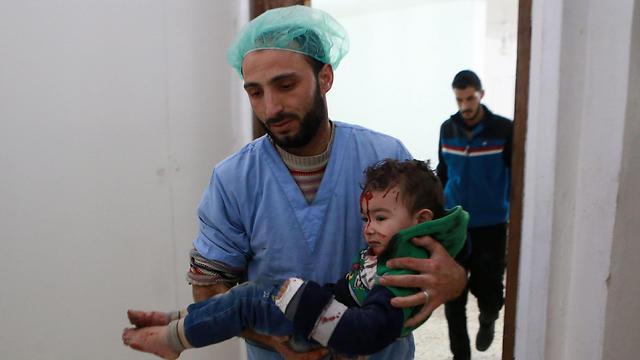 ילד קטן מועבר לטיפול רפואי בבית חולים באזור רוטה (צילום: AFP) (צילום: AFP)
