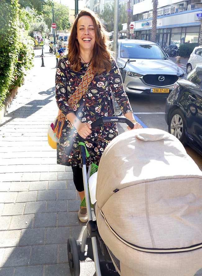 מצווה גדולה להיות בשמחה תמיד. עדן הראל והבן אביתר אתמול בתל אביב (צילום: אמיר מאירי)