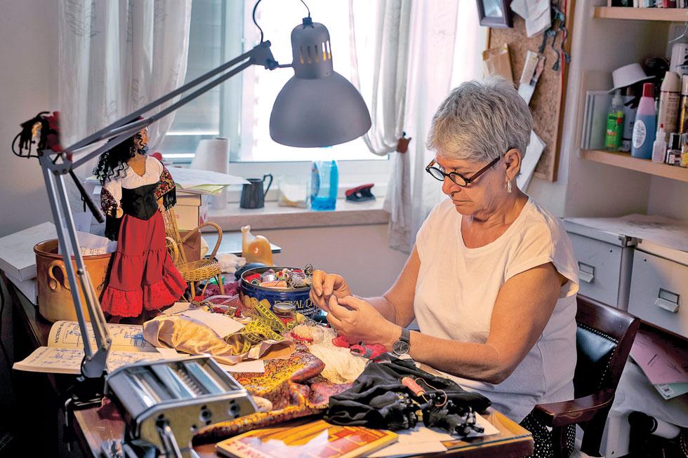 """דנה גור-זאב. """"הרגשתי שהבובות כאילו מבקשות ממני ליצור אותן"""" (צילום: רמי זנגר)"""
