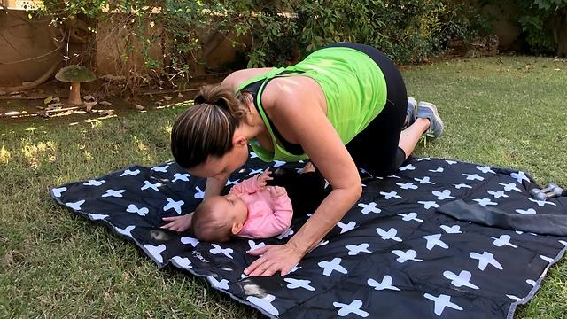 שכיבות סמיכה בעמידת 6 עם התינוק - עמדת סיום (צילום: רועי רוזן)