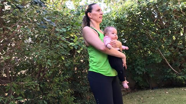 סקווט (בזווית של 120 מעלות במפרק הברך) עם תינוק - עמדת מוצא (צילום: רועי רוזן)