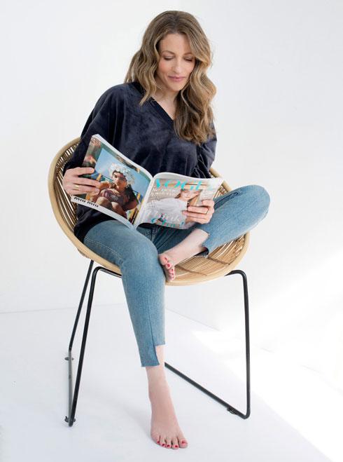 סווטשירט, 499 שקל, H&M. ג'ינס, 389 שקל, Cheap Monday בבל אנד סו. כיסא, 1,600 שקל, פלורליס (צילום: עדו לביא, סטיילינג: תמי ארד־ברקאי)