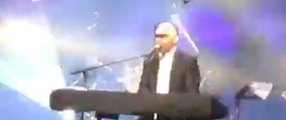 Haredi singer performs with eyes shut to avoid seeing women dance