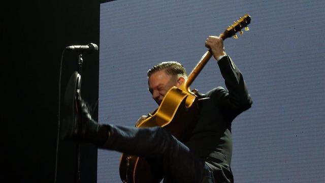 יודע להרים הופעה. אדמס בועט על הבמה (צילום: מוטי קמחי) (צילום: מוטי קמחי)
