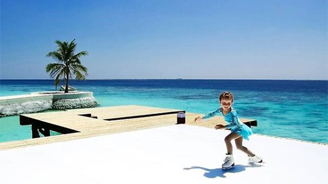 להחליק על הקרח מול הים (צילום: מתוך עמוד האינסטגרום של Jumeirah Vittaveli resort) (צילום: מתוך עמוד האינסטגרום של Jumeirah Vittaveli resort)