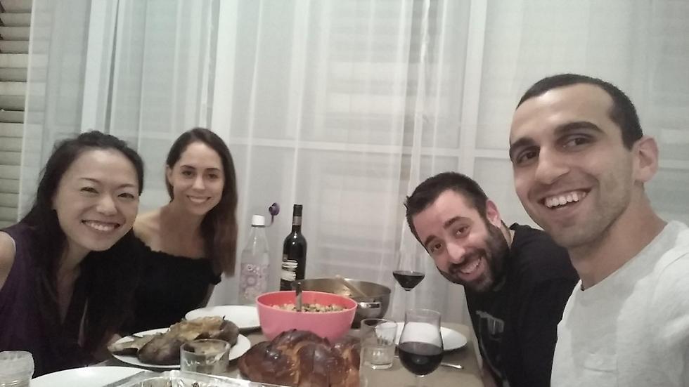 """""""כשהתייר יושב אצלי בסלון הוא מקבל חשיפה אמיתית לישראל, כזאת שאני מקווה שהוא יעביר הלאה"""". אמיר מרקו (שני מימין) וגרייני צ'אנג (ראשונה משמאל) במהלך הארוחה  (  ) (  )"""