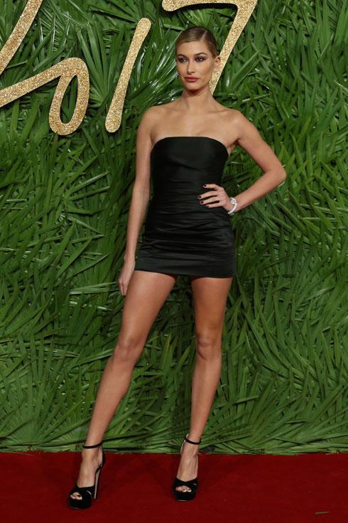 גם סטרפלס, גם מיקרו-מיני: היילי בולדווין בשמלה של טופשופ (צילום: AP)
