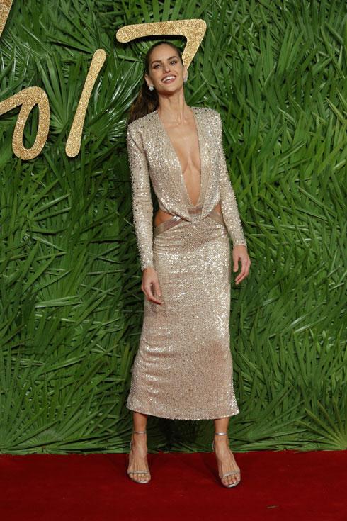 איזבל גולארט בשמלת פאייטים סקסית של ג'וליאן מקדונלד (צילום: AP)