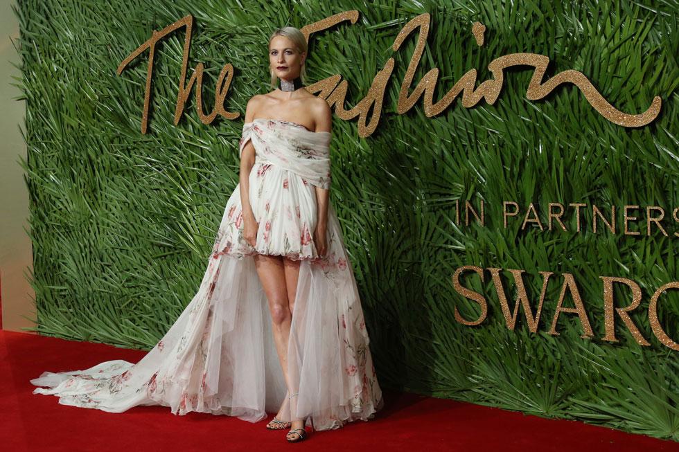 העדיפה שמלה של מעצב מחוץ לממלכה הבריטית: פופי דלווין לובשת ג'יאמבטיסטה ואלי (צילום: AP)