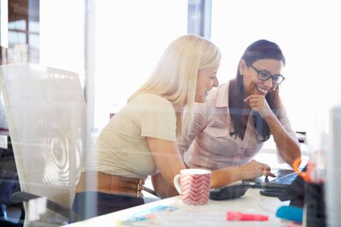 אל תחששי לחלוק את הרעיון שלך עם אחרים: הסיכון שיגנבו אותו ממך נמוך, אבל אם תשמרי אותו לעצמך - הסיכוי להגשימו כמעט לא קיים (צילום: Shutterstock)