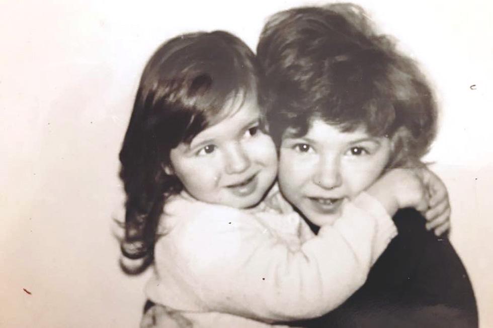 """בילדותה בבאקו עם אחותה הגדולה. """"זה היה ברור שנהיה מוזיקאיות עוד לפני שנולדנו""""  (צילום: מתוך אלבום משפחתי)"""