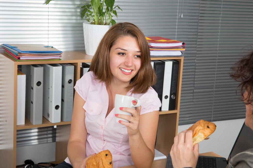 """אכילת חטיפים בעבודה גורמת לנשים להעלות 2.8 ק""""ג בשנה (מידה אחת בבגדים) ולגברים - 2.6 ק""""ג (צילום: Shutterstock)"""