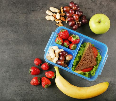 מניתוח שני סקרים שנעשו על צריכת מזון, עלה כי הגדלת המרווח בין הארוחות מארבע לחמש שעות מוסיפה 52 קלוריות לאדם (צילום: Shutterstock)
