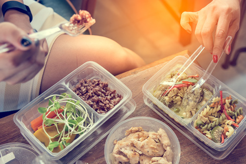 הרגלי תזונה הם עניין מדבק (צילום: Shutterstock)