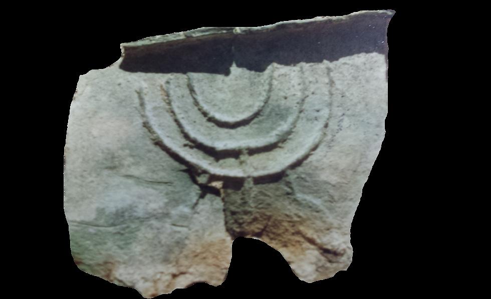"""האגן שהתגלה בבית זרע: """"לכאורה, ממצא מוסלמי מובהק, לפי הכתובת הערבית, ומהצד השני מנורה. אך שוב, מה עושה מנורה עם כתובת ערבית? """" (צילום: ע. פלד )"""