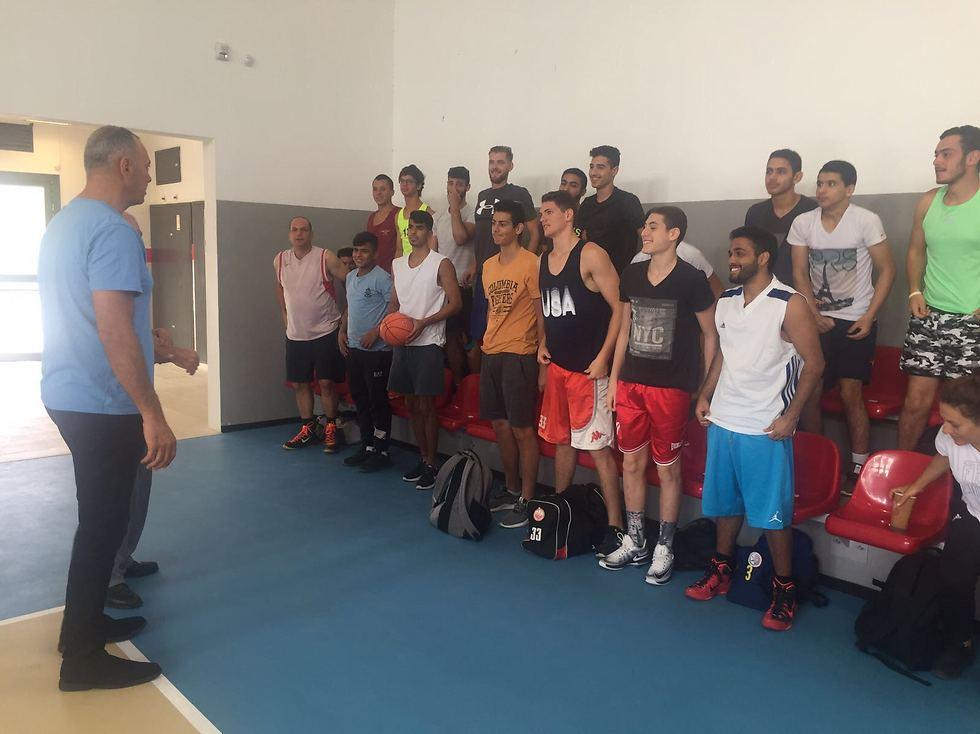 """""""כאילו ויתרו על הכדורסל בדרום"""". שמעון אמסלם עם הספורטאים הצעירים (צילום: פרטי)"""