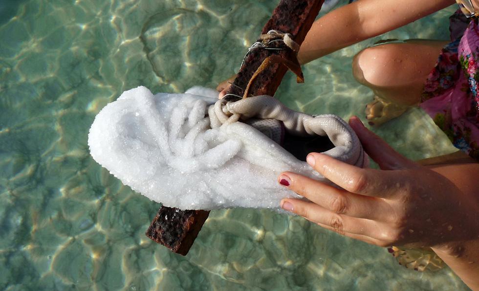 נעל ראשונה מתוך הפרויקט נשלית מתוך ים המלח (צילום: אייל סגל)