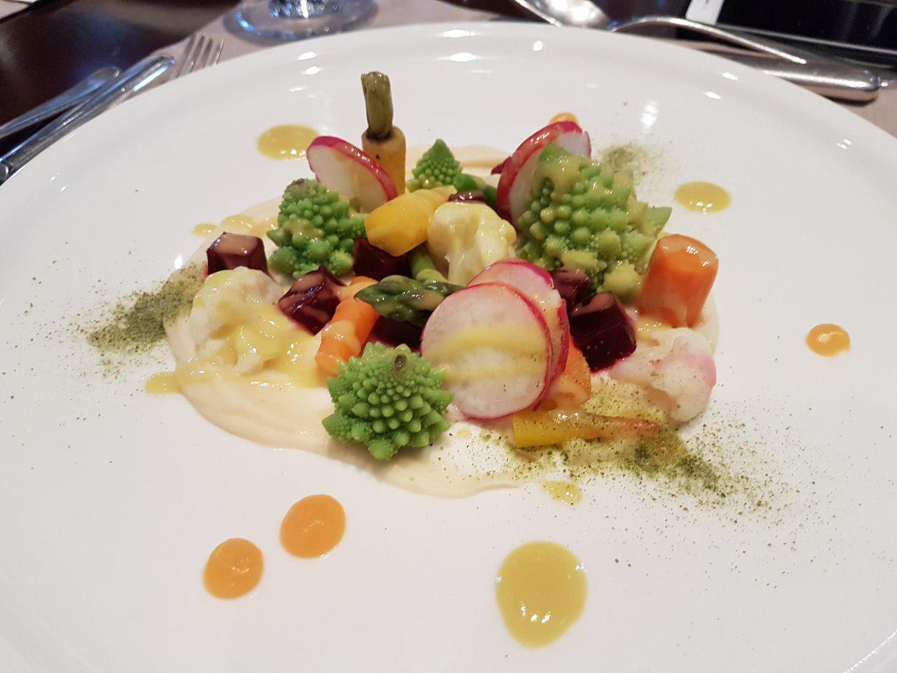 """מנת ירקות במסעדת היוקרה במלון הייאט ריג'נסי המפואר (צילום: אחיה ראב""""ד)"""